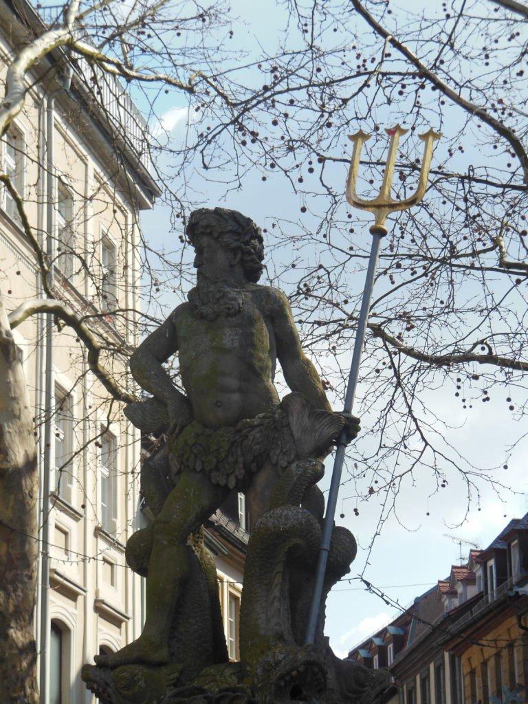 Ein Bild von einem Mann mit Dreizack auf einem Brunnen - vielleicht Poseidon?