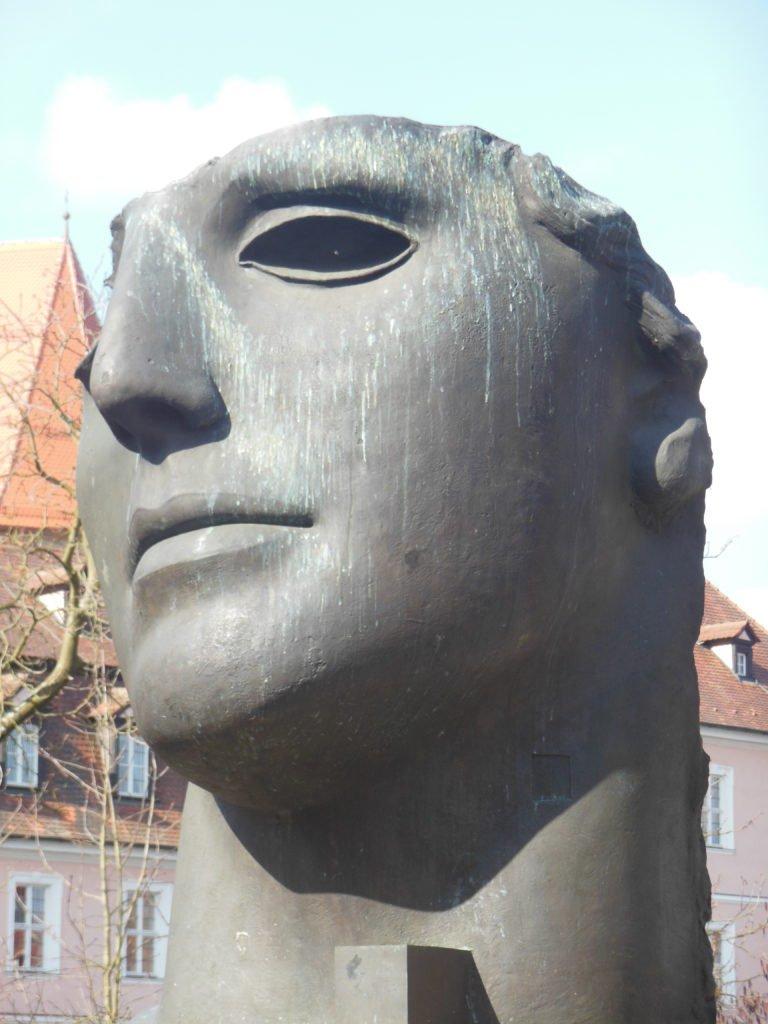 """Skulptur eines Schädels nahe der """"Unteren Brücke"""" in Bamberg"""