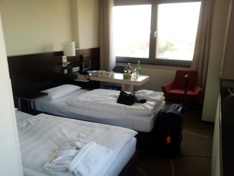 Blick auf die Betten in unsrem Zimmer im ParkInn Berlin Alexanderplatz
