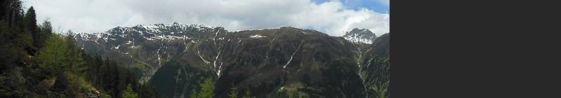 Panoramafoto des gegenüberliegenden Felsmassives