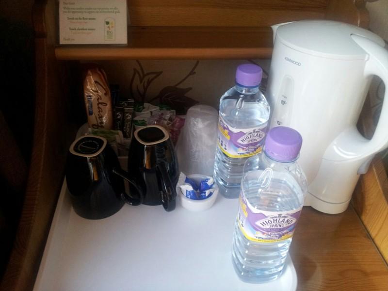 Bild von Wasserkocher nebst Mineralwasser