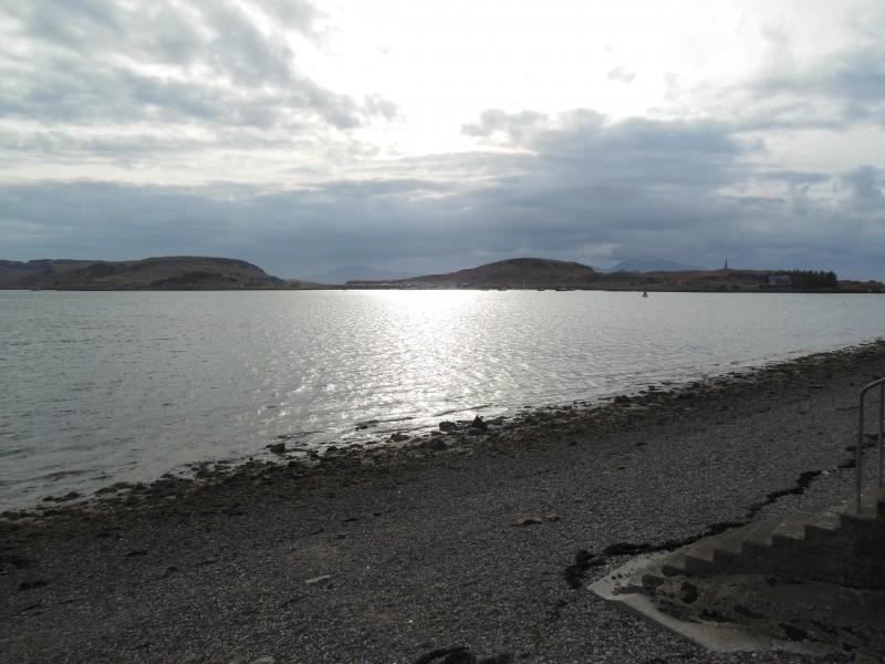 Bild, wie sich die Abendsonne noch im Meer vor der Jugendherberge spiegelt