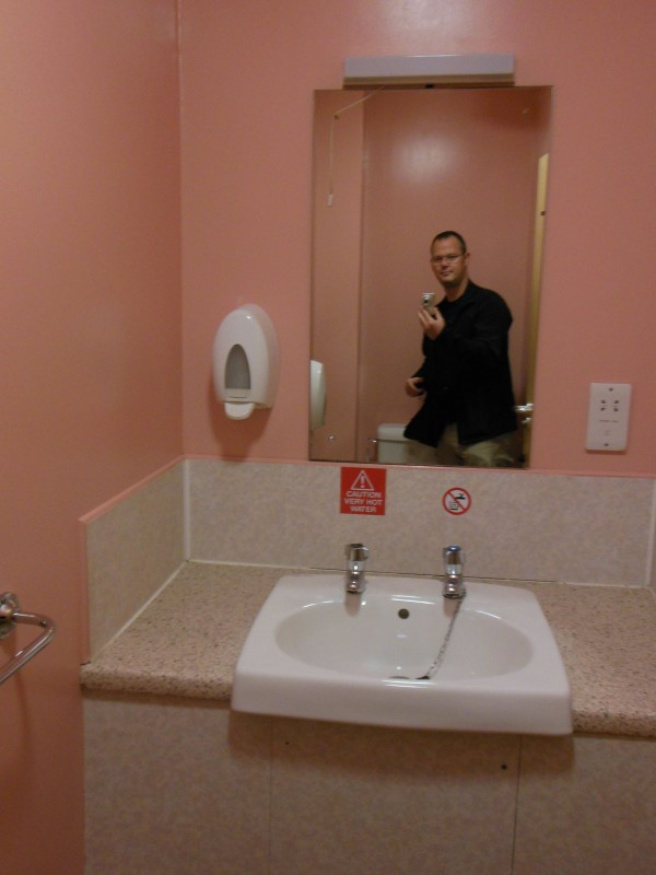 Foto vom Waschbecken im Bad mit Spiegelbild von mir in der Jugendherberge in Oban