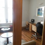 Blick in den Arbeitsraum mit PC im Hostel Oban