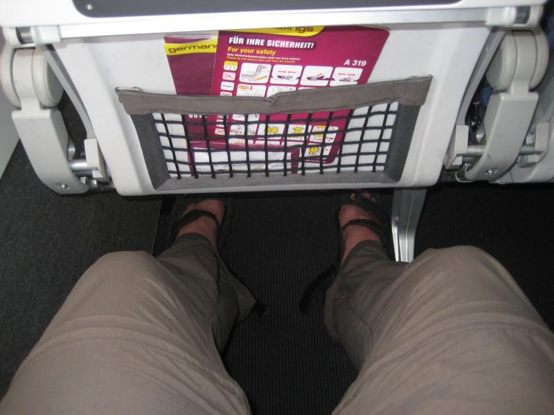 Bild auf den Abstand meiner Knie zur Vorderreihe in Reihe 3 des umgebauten A319 von Germanwings