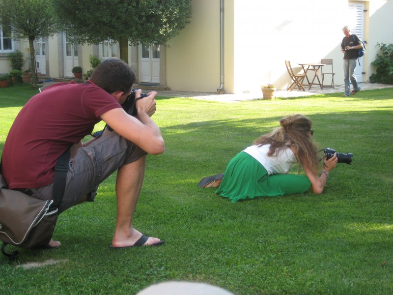 Bild von Phil der Martina beim Fotografieren in erstaunlicher Haltung (auf dem Boden) fotografiert