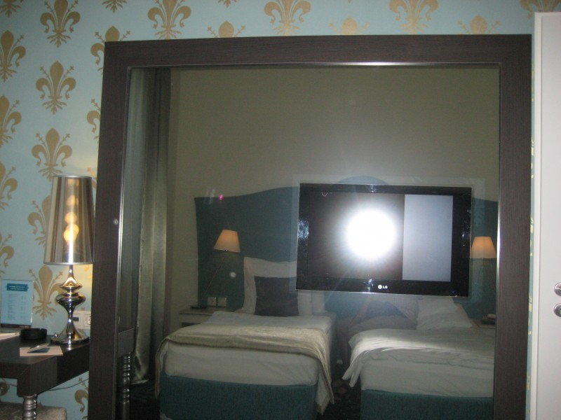 Bild vom riesigen Spiegel gegenüber des Bettes