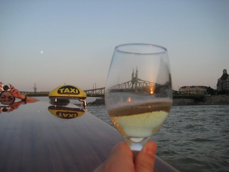 Bild von meinem Sektglas auf dem Wassertaxi Dunarama