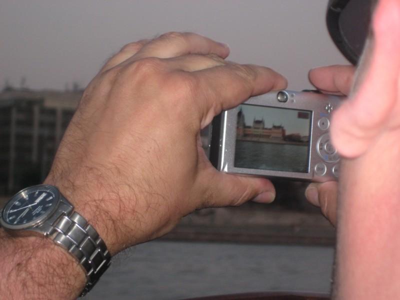 Bild vom Display eines Fotoapparats eines anderen Reiseblogers, der ein Gebäude fotografiert