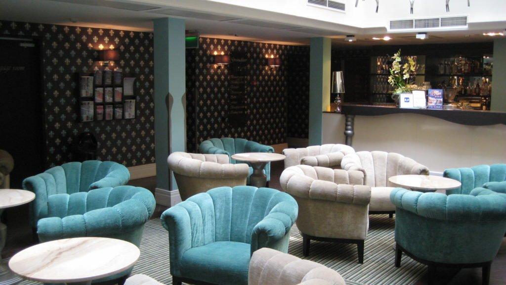 Bild von der Lobby mit der Bar im La Prima Fashion Hotel Budapest