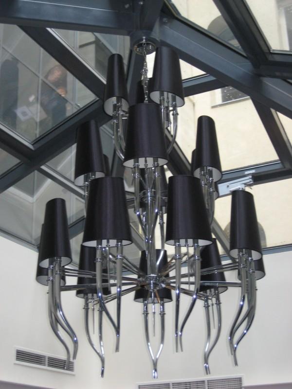 Bild von der Designerlampe in der Lounge des La Prima Fashion Hotel Budapest