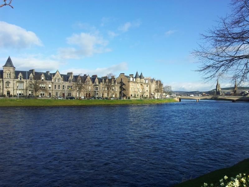 Blick Richtung Innenstadt am Fluss am River Ness entlang