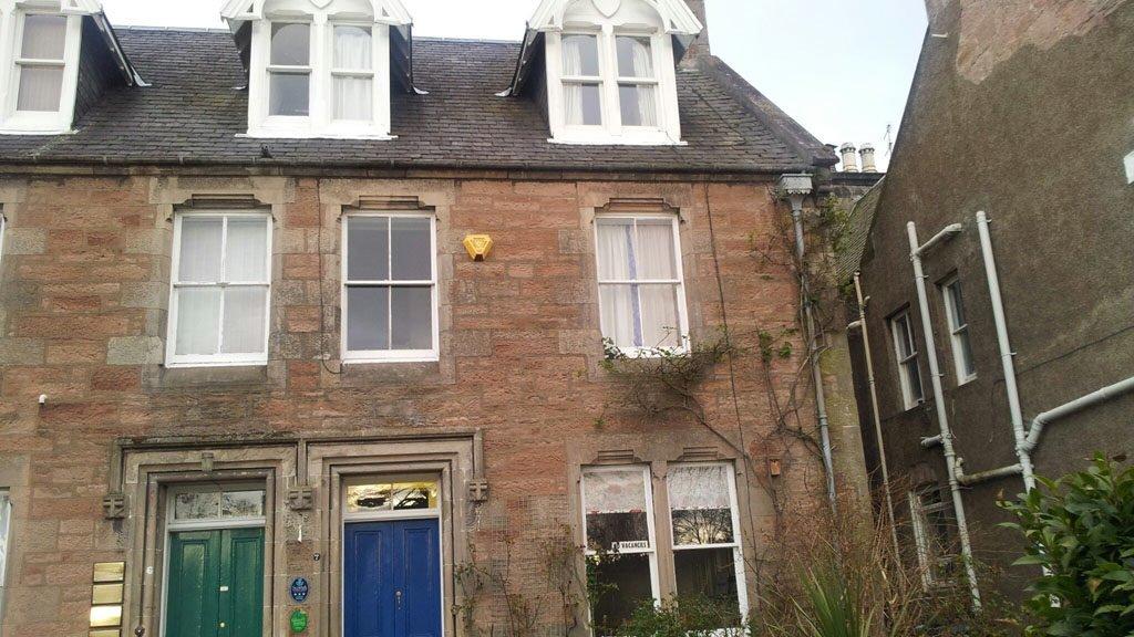 Blick von außen auf das Ness Bank Guest House in Inverness