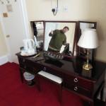 Schreibtisch mit meinem lieben Freund und Reisepartner Stefan im Spiegel