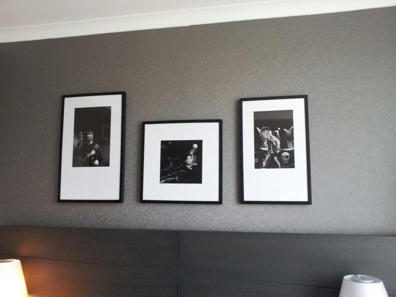 Foto von den Bildern an der Wand über dem Bett