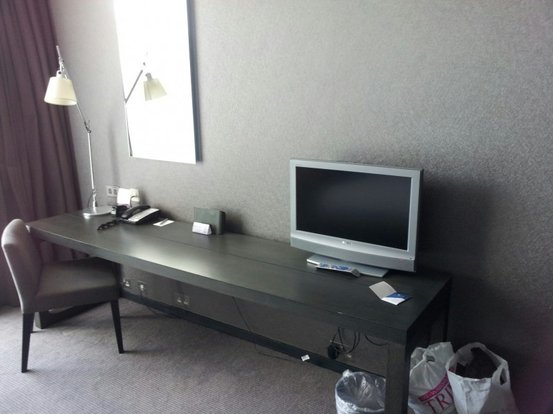 Bild vom großen Schreibtisch mit LCD Fernseher im Radisson Blu Glasgow