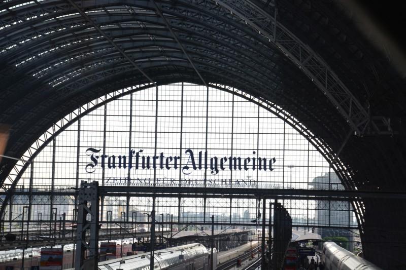 Ausblick von der DB Bahn Lounge in den Frankfurter Haiptbahnhof