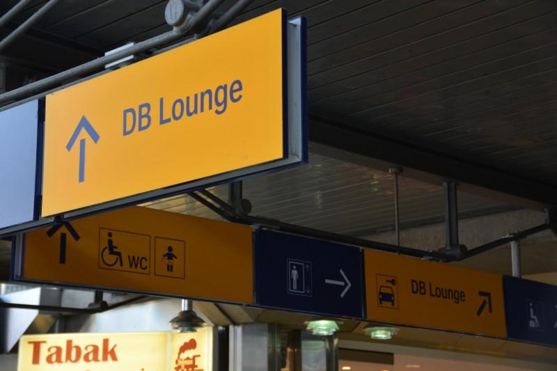 Wegweiser zur DB Bahn Lounge in München im Erdgeschoss