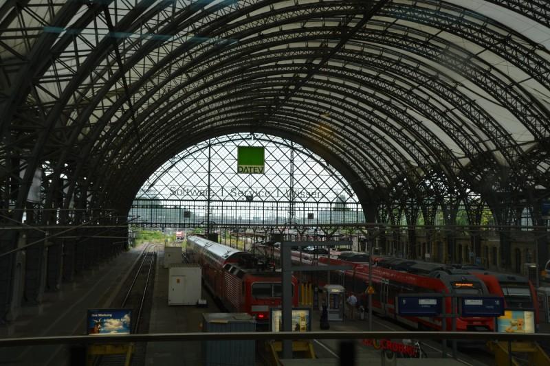 Ausblick aus der DB Bahn Lounge Dresden Hauptbahnhof auf die Gleise