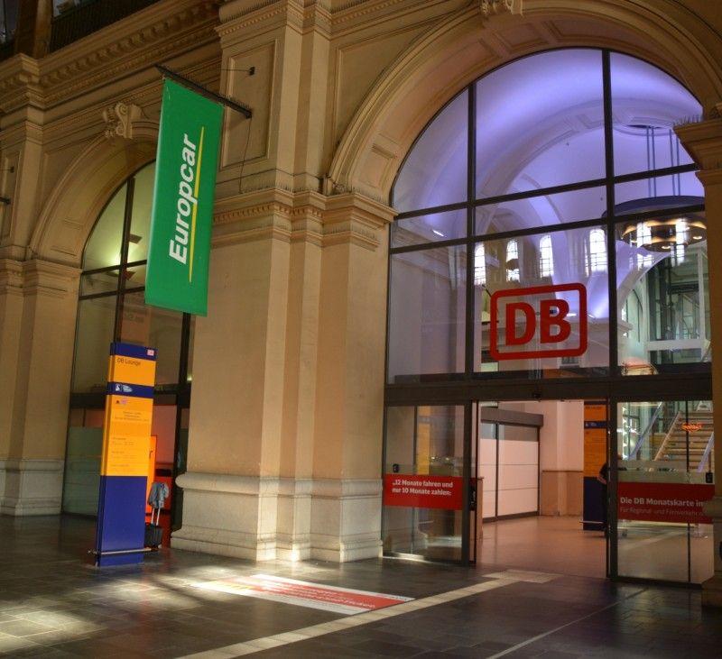Blick auf den Eingang zur DB Bahn Lounge im Erdgeschoss