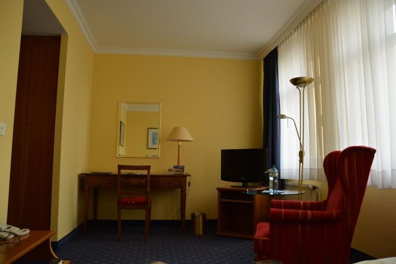 Schreibtisch und Fernseher im Ratswaage Magdeburg