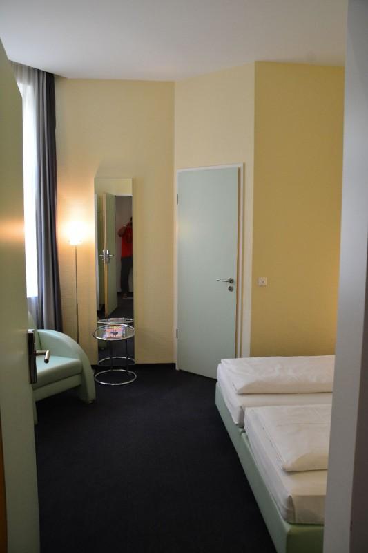 Blick durch die Zimmertüre ins Zimmer des Hotel Winters Berlin Mitte Checkpoint Charlie