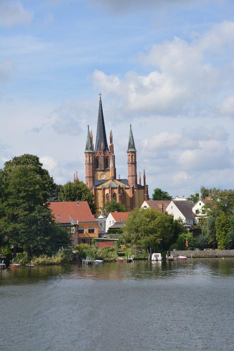 Blick auf die Heilig Geist Kirche in Werder vom Schiff aus