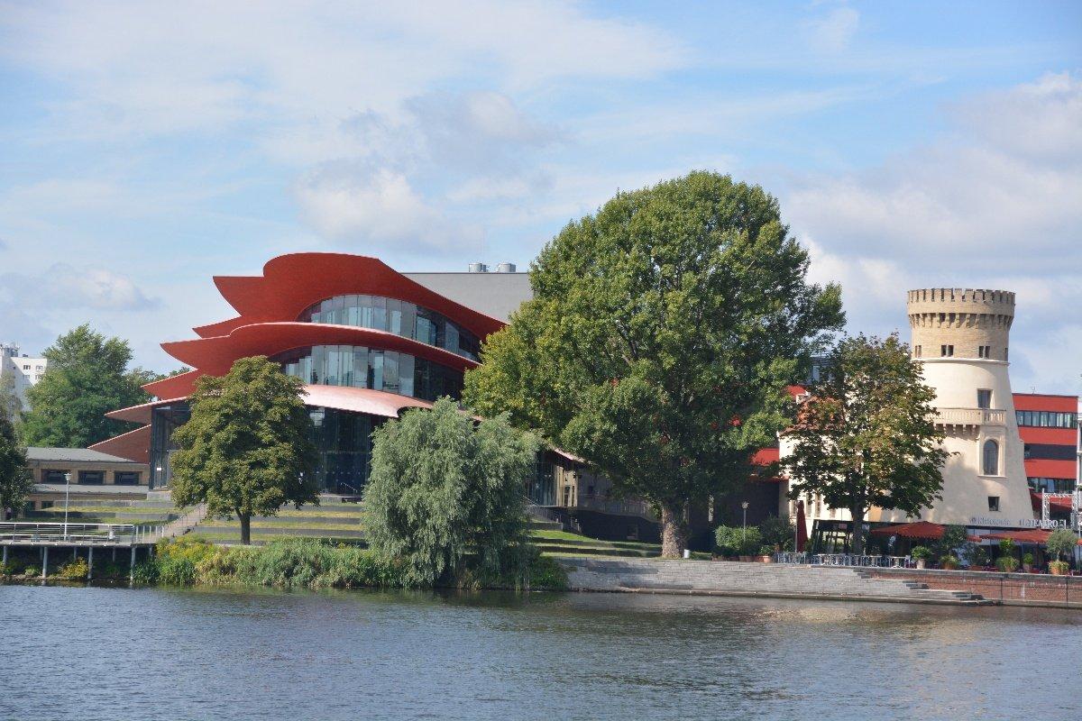 Das Hans Otto Theater Potsdam von der Havel aus