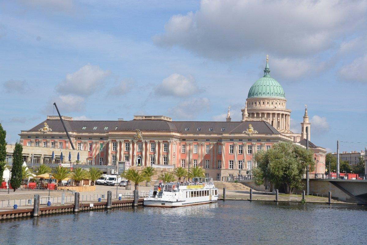 Stadtschloss von Potsdam, im Hintergrund die Nikolaikirche