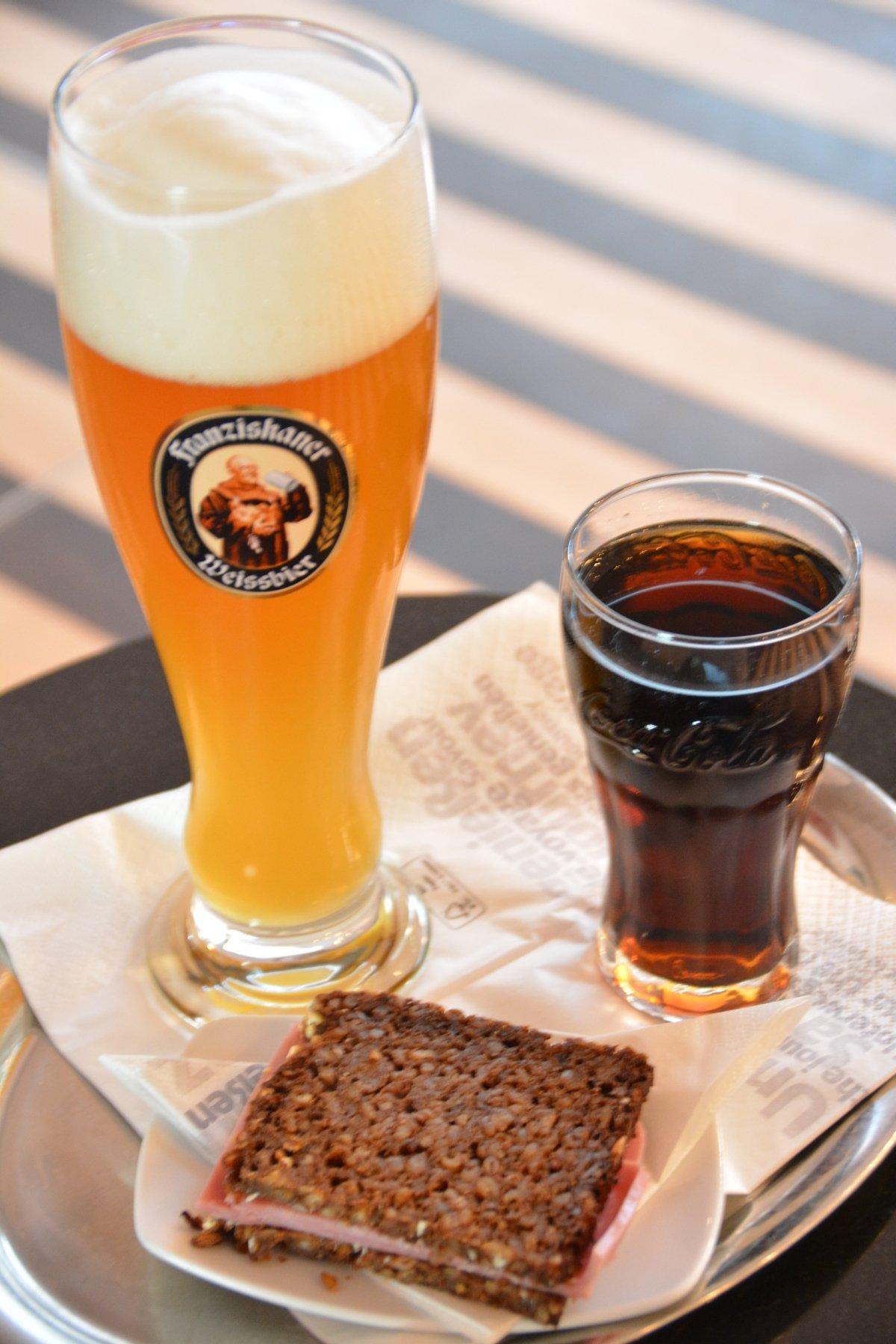 Bild von meinem Snack - Hefeweizen, Cola und VOllkornbrot mit Schinken in der Bahn Lounge Frankfurt