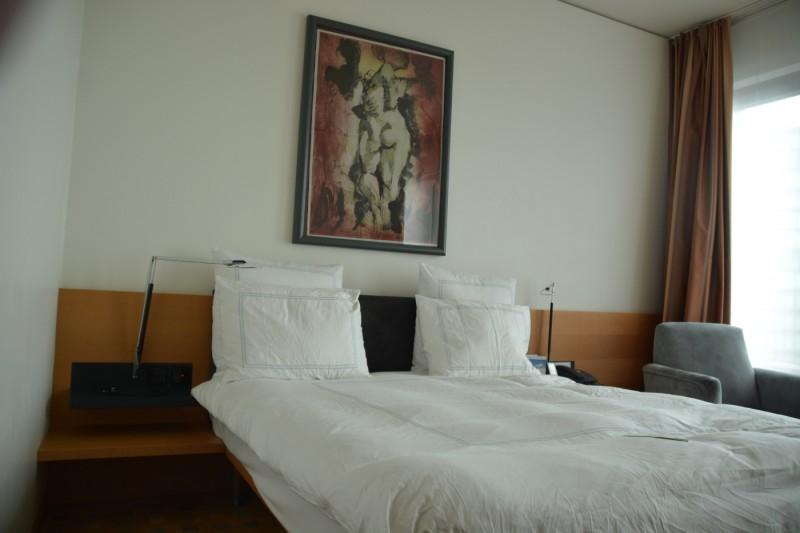 Bild vom Queensize Bett im Swissotel Berlin mit dem Bild darüber