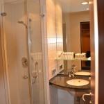 Bild von der Dusche und vom Badtisch im Swissotel Berlin