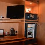 TV mit unzählingen Sendern und Minibar und Nespressomaschine im Swissotel
