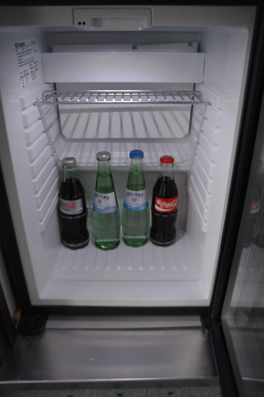 Minibar im Senats Hotel Köln - kostenlos mit Wasser und Cola