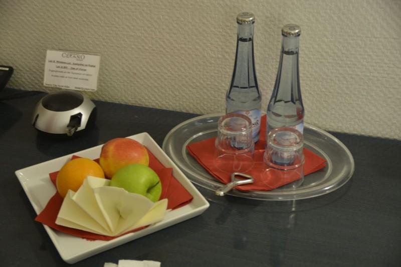 Blick ins Zimmer im Hotel Cerano Köln (Äpfel, Orange, Wasser)