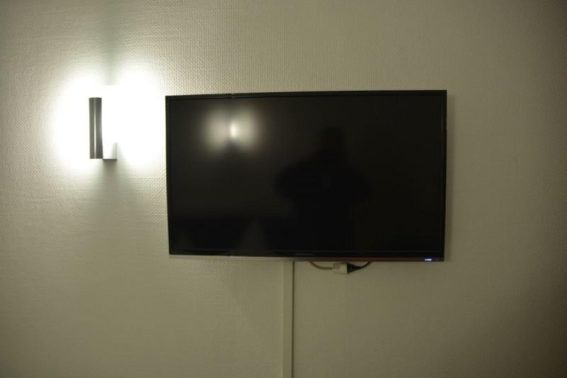 großer LCD Fernseher im Hotel Cerano Köln an der Wand