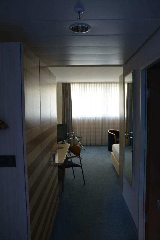 Blick ins Zimmer vom Flur aus im Hotel Köln Lindner Dom Residence