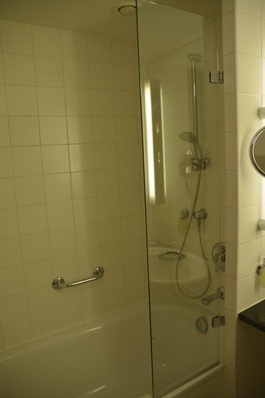 Badwanne und Dusche des Hotel Lindner Dom Residence in Köln