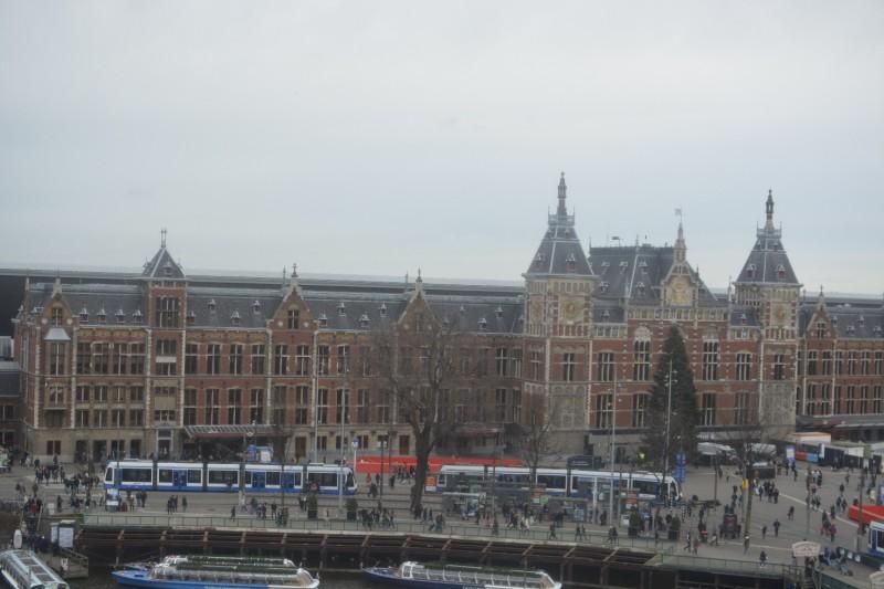Blick aus dem 7. Stock des Park Plaza Victoria Hotel Amsterdam auf den Bahnhof Amsterdam Centraal