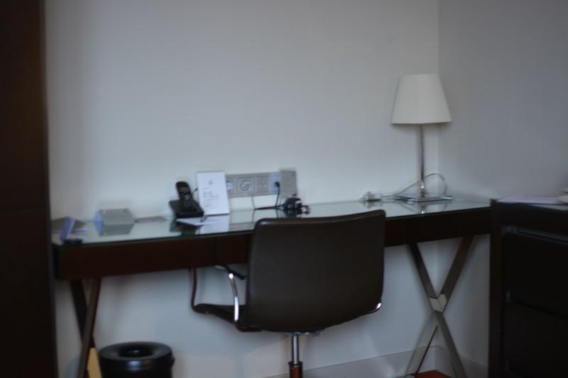 Schreibtisch mit ausreichend Platz im Parka Plaza Amsterdam