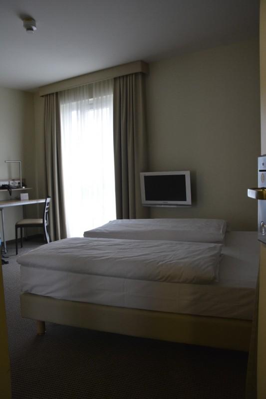 Blick von der Türe ins Zimmer des Hotels Citadine München