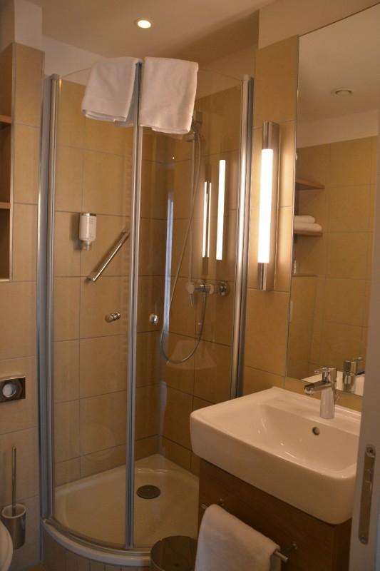 Bild von der eher kleinen Dusche im Hotel Citadine München
