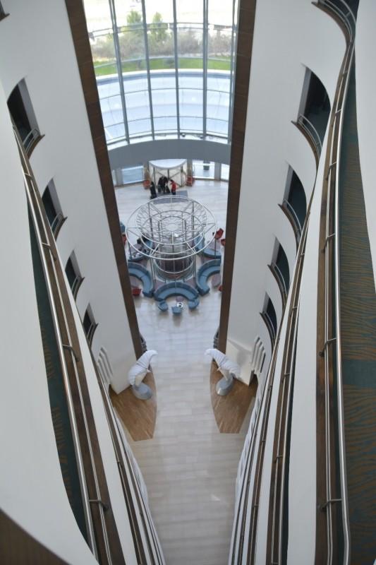 Blick von oben zum Eingang des Hotels Concorde de Luxe Lara