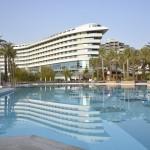 Blick über den Pool zum Hotel Concorde de Luxe in Lara