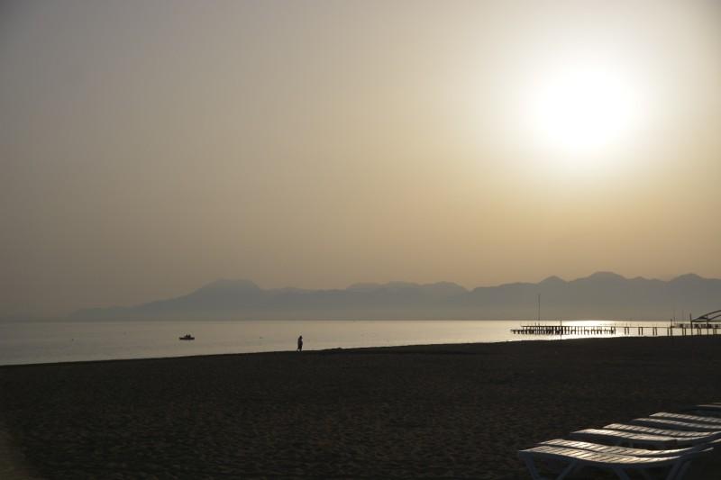 Strand gegen die Sonne fotographiert..