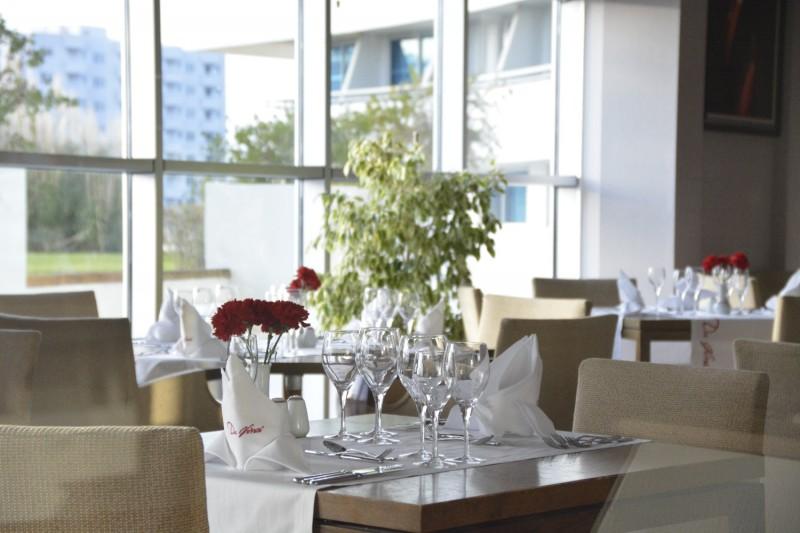 Blick durch das Fenster ins italienische Restaurant Da Vinci im Concorde de Luxe