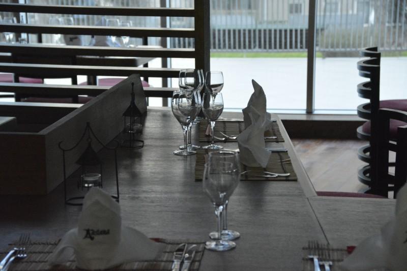 Blick durch das Fenster ins asiatische Restaurant Asiana im Concorde de Luxe