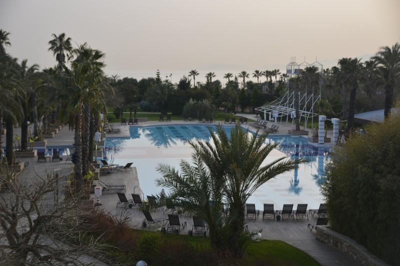 Pool von der Terasse der Vista Lobby Bar aus im Hotel Concorde de Luxe in Lara