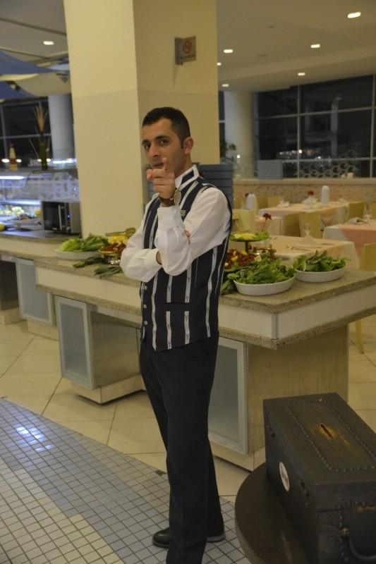 Restaurant Mitarbeiter im Concorde de Luxe, der auf das Bild wollte