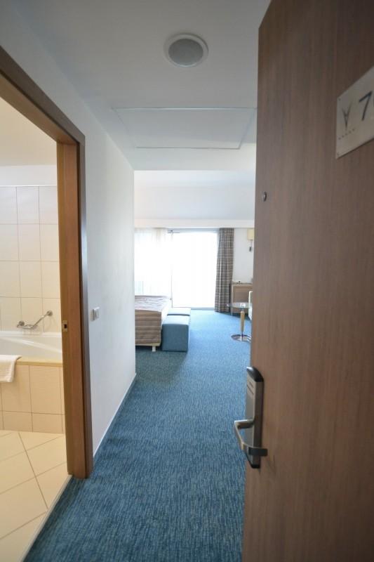 Blick von der Türe ins Zimmer 7005 des Hotels Concorde de Luxe / Lara